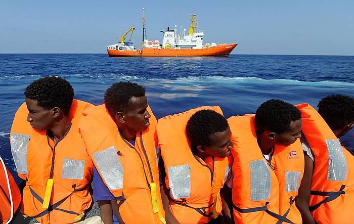Migratzaile batzuk, abuztuan, 'Aquarius' ontziak (atzea) erreskatatu zain. / ©Guglielmo Mangiapane, SOS MEDITERRANEE - EFE