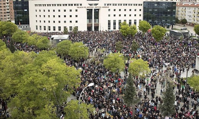 Probintzia Auzitegiaren apirileko epaiaren ostean, jendetza bildu zen protestan.