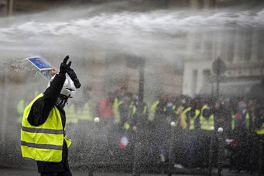Jaka Horien protesta, joan den larunbatean, Parisen. ©IAN LANGSDON