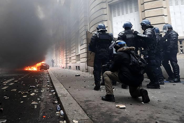 Frantziako polizia Jaka Horiei aurre egiten, joan den larunbatean, Parisen.