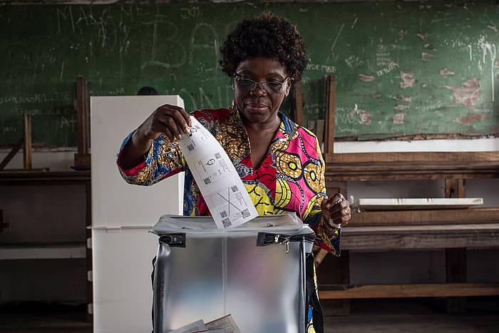 Herritar bat botoa ematen, Kinshasan. ©STEFAN KLEINOWITZ