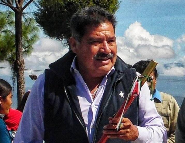 Alejandro Aparicio, Tlaxiaco aginte makila eskuan duela. ©