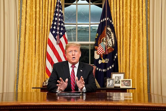Donald Trump AEBetako presidentea, bart, Etxe Zuriko bulegotik telebistaz egin zuen hitzaldian.