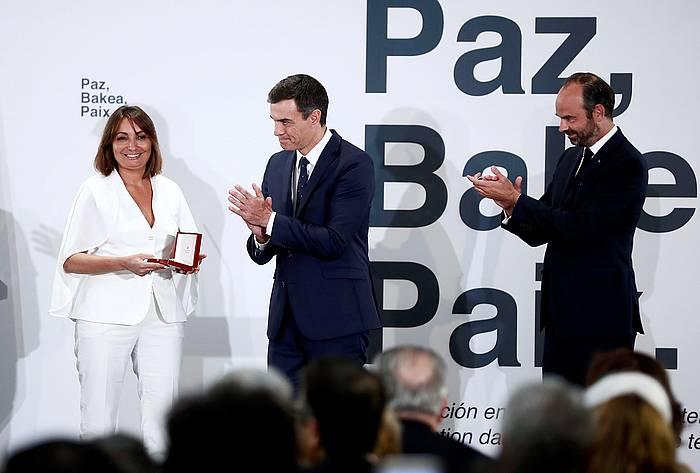 Helene Davo, pasa den urriaren 1ean, Madrilen, Pedro Sanchezen aldetik oroigarri bat jasotzen. ©Mariscal, Efe