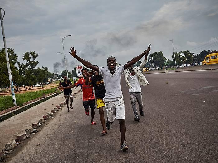 Felix Tssekedi oposizioko UDPS alderdiko buruaren jarraitzaileak, haren garaipena ospatzen, Kongoko Limete hirian.