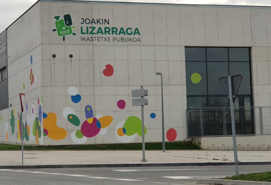 Sarrigurengo Joakin Lizarraga ikastetxe publikoaren aurrealdea.