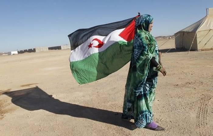 Emakume bat Mendebaldeko Saharako banderarekin. /