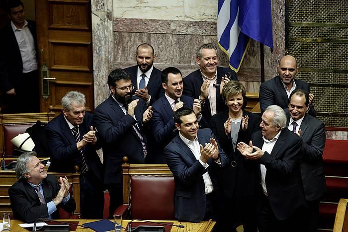 Tsipras, parlamentarien zorionak jasotzen. ©YANNIS KOLESIDIS / EFE