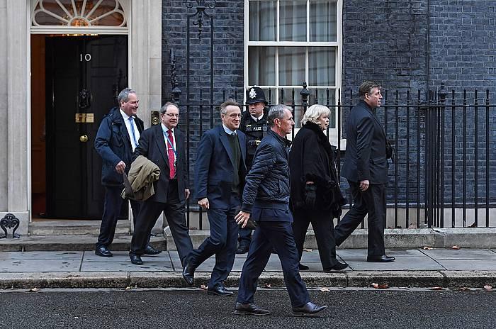 Alderdi Kontserbadoreko ordezkariak Downing Streeteko 10. zenbakitik irteten, Mayrekin bildu ondoren. /