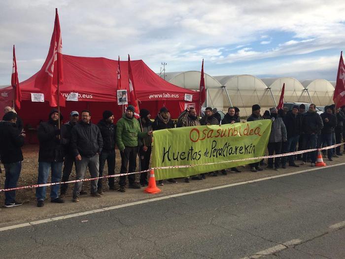 Huerta de Peraltako langileak, enpresaren parean protestan, gaur, Azkoienen (Nafarroa). ©LAB sindikatua, @LABsindikatua