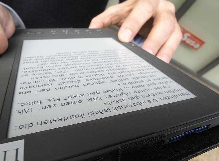 Erabiltzaile bat, liburu digital batekin. / ©Jon Urbe, Foku