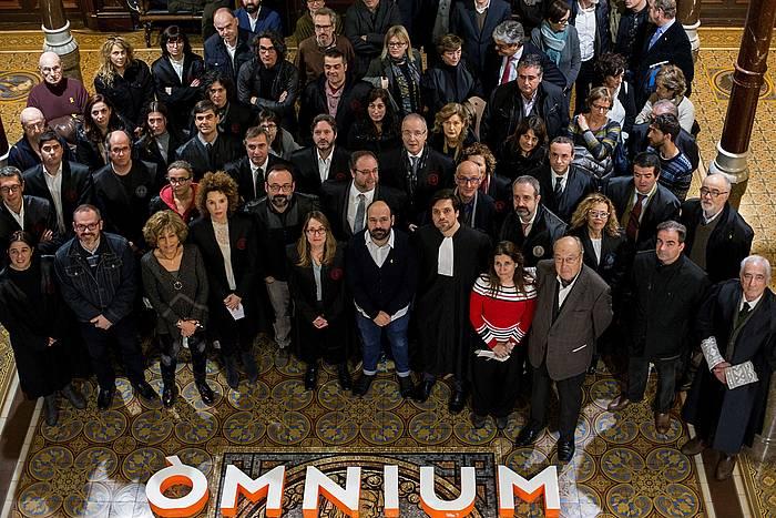Omniumeko kideak eta abokatuak Jordi Cuixarten defentsa idatzia aurkezten, urtarrilaren 14an. ©Quique García, Efe