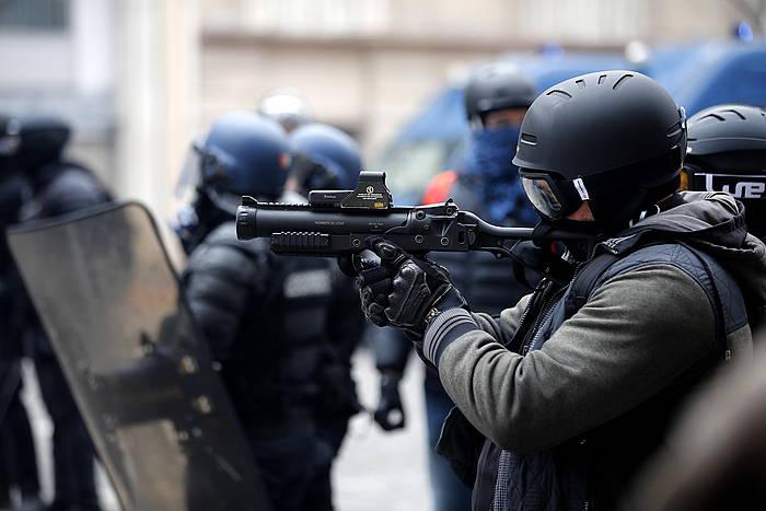 Frantziako polizia bat flash-ball jaurtigailua erabiltzen, Jaka Horien protesta batean, joa den abenduaren 8an, Parisen. ©IAN LANGSDON, EFE