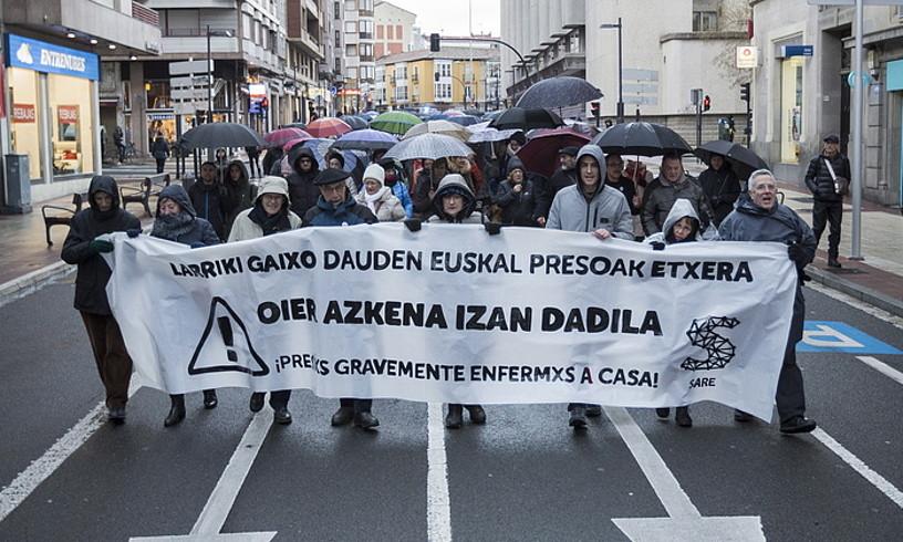 Larriki gaixo dauden euskal presoak aske uztearen aldeko manifestazioa, gaur, Gasteizen. /