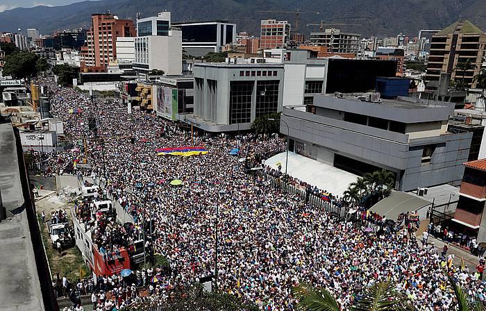 Oposizioak milaka herritar bildu ditu Caracasko kaleetan. ©LEONARDO MUÑOZ / EFE