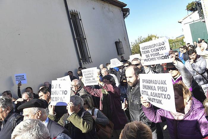 Lizoainen Iruñeko Apezpikutzaren aurkako protesta bat 2017an, immatrikulatutako etxe batetik 87 urteko emakume bat bota nahi zuela eta. /