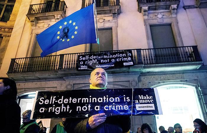 Manifestari bat, Europako Batasunak Bartzelonan duen ordezkaritzaren parean, autodeterminazio eskubidearen aldeko mezuarekin, joan den otsailaren 1ean.