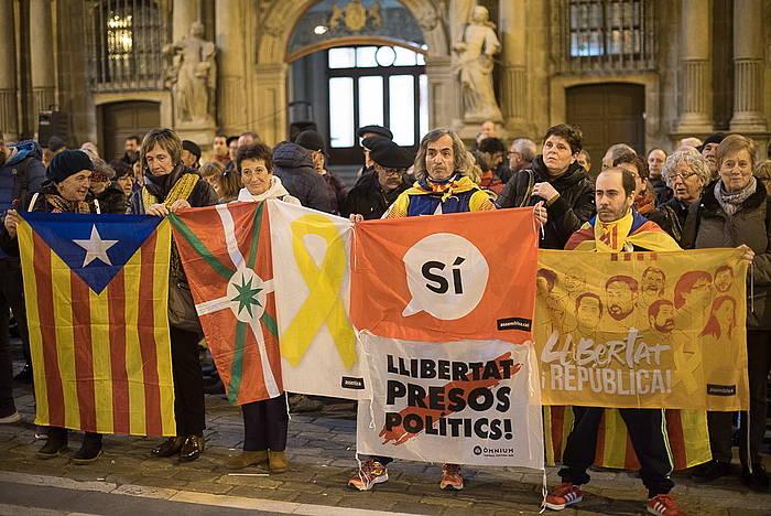 Kataluniako prozesu subiranistaren aldeko elkarretaratzea, gaur, Iruñeko udaletxearen parean.