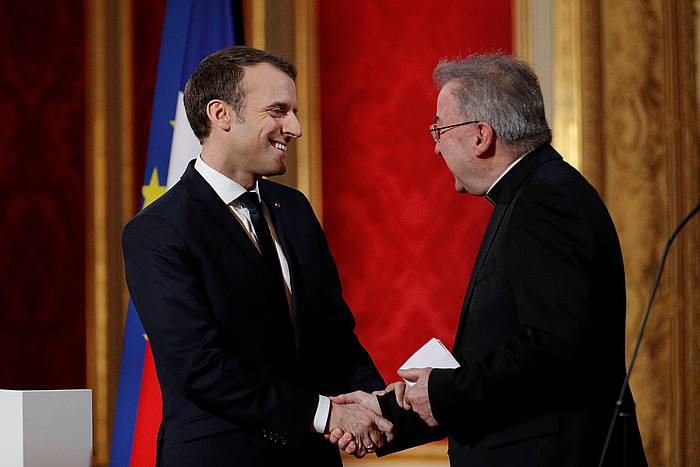Emmanuel Macron Frantziako presidentea eta Luigi Ventura kardinala, iaz.