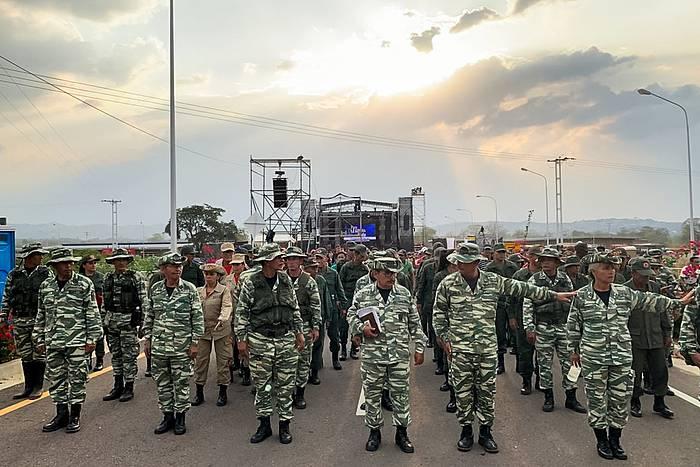 Venezuelako militarrak Kolonbiarekin mugan dagoen Ureña herrian, gobernuari babesa adierazteko kontzertu jaialdian.
