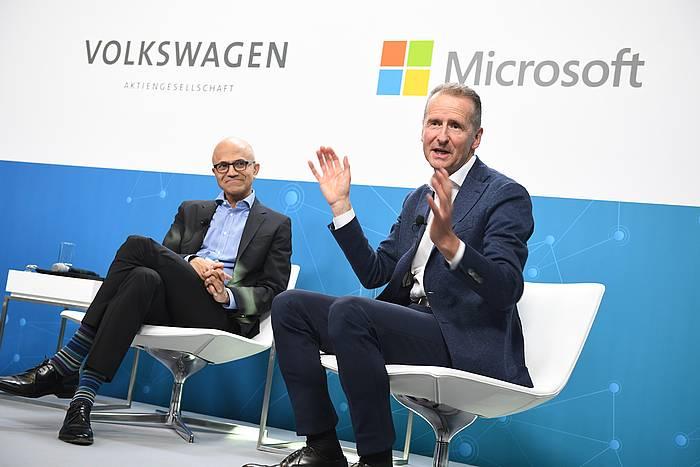 Herbert Diess VW taldeko kontseilari ordezkaria, eskuinean, Berlinen otsailaren 27an, Microsoftekin batera egindako agerraldi batean