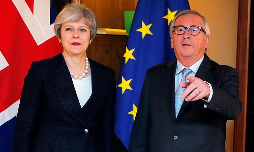 Theresa May Erresuma Batuko lehen ministroa eta Jean Claude Juncker Europako Batzordeko presidentea, atzo gauean, Estrasburgon.