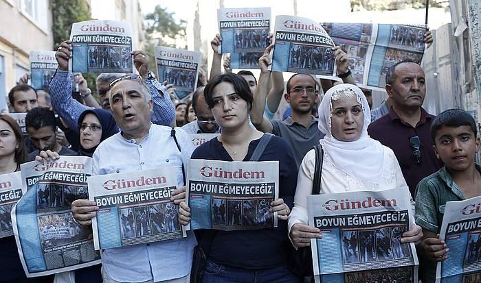 Ozgur Gundem egunkariaren itxiera salatzeko manifestazioa Istanbulen, 2016ko abuztuan.