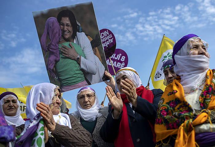 HDP alderdiko kurduaren jarraitzaileen protesta, martxoaren 3an, Istanbulen; Leyla Guven diputatuaren argazkia daramate aldean. ©SEDAT SUNA, EFE.