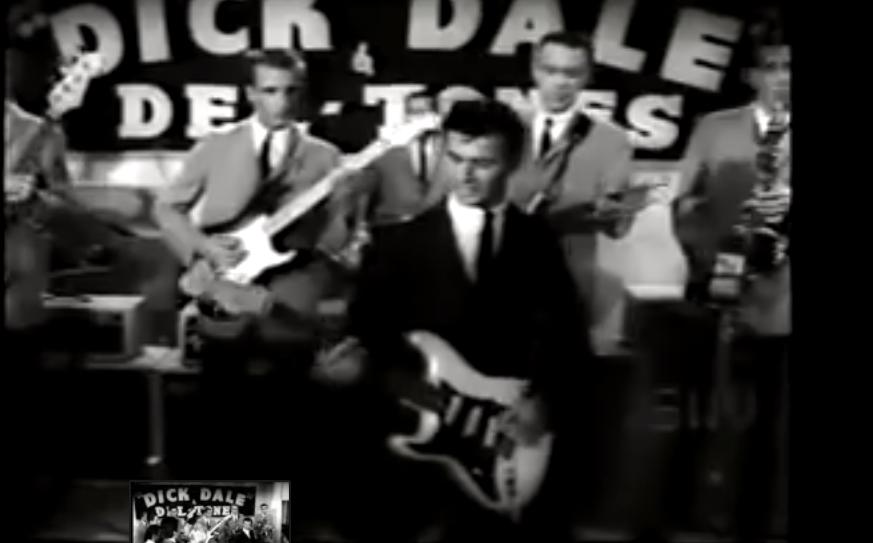 Dale Misirlou kantua jotzen, 'A Swingin Affair' (1964) filmetik hartutako irudia.