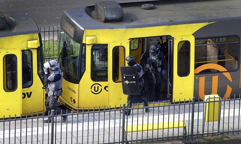 Poliziako Indar Bereziko kideak, tiroketa izan zen tranbia miatzen, atzo, Utrechten. ©RICARDO SMIT / EFE