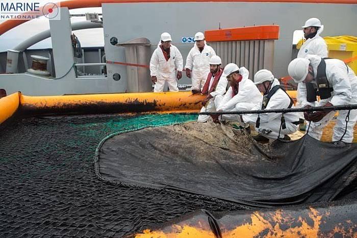 Argonaute ontzia, Arroxelako kostaren parean itsasoko fuel olioa ateratzen.