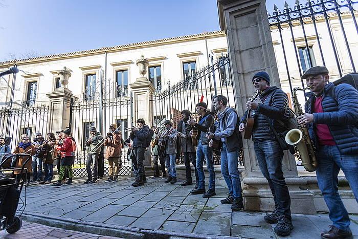 Arteak Ireki plataformako kideak Eusko Legebiltzarraren aurrean protestan, otsailean. ©Endika Portillo / Foku