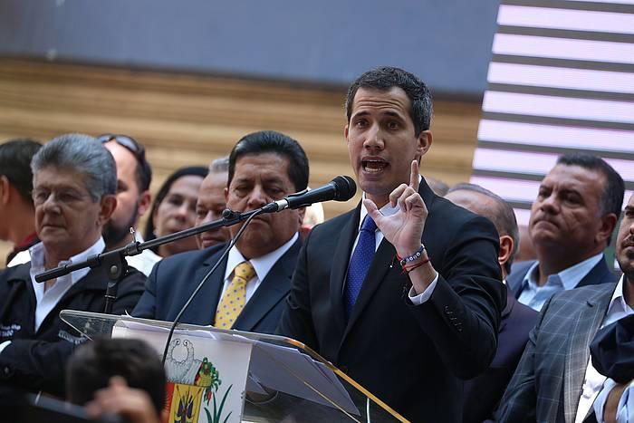 Juan Guaido bere jarraitzaileei hitzaldi bat ematen, atzo, Caracasen. ©RAYNER PEÑA, EFE.