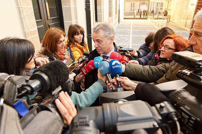 Iñigo Urkullu Eusko Jaurlaritzako lehendakaria, gaur, hedabideen aurreko adierazpenak egiten, Eusko Legebiltzarrean.