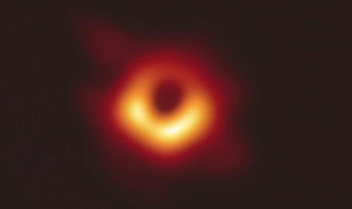 Zulo beltz baten lehenengo argazkia. M87 galaxian dagoen zulo betza da lehenengoz zuzenean behatzea lortu dutena.
