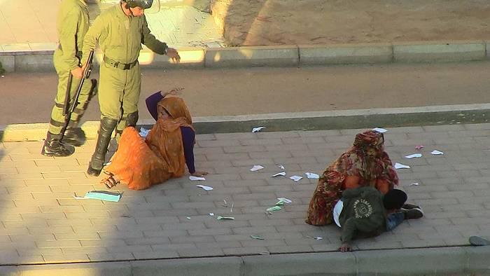 Marokoko poliziak emakume saharar bat kolpatzen, artxiboko argazkian. ©BERRIA