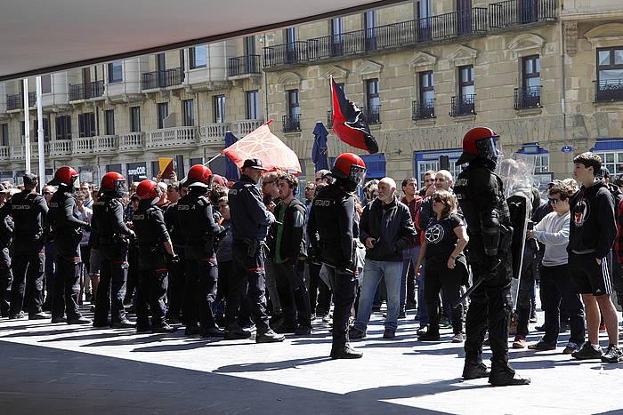 Ertzaintza eta Voxen aurkako protestan bildutakoak, gaur, Donosiako Kursaalean.