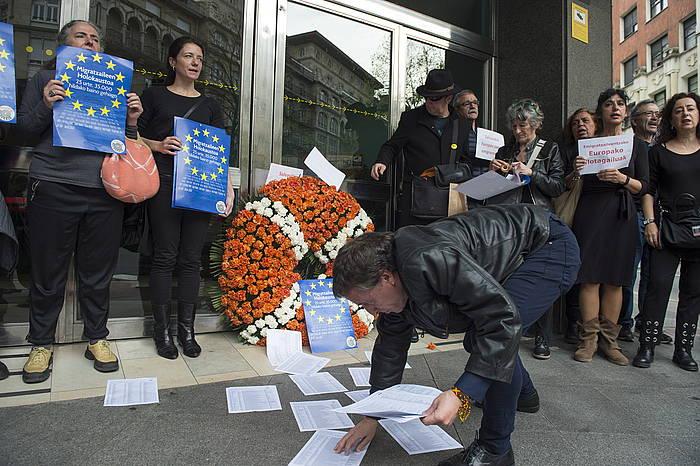 Ongi Etorri Errefuxiatuak plataformako kideak, Espainiako Gobernuak Bilbon duen delegaritzako Atzerritarren Bulegoaren atarian, gaur egin duten protesta ekintzan.