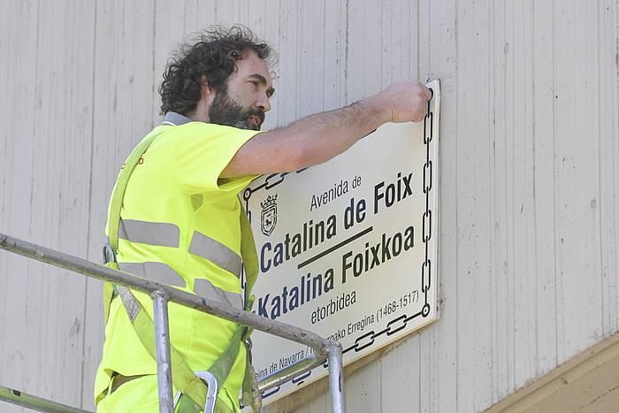 Udal behargin bat, gaur goizean, Katalina Foixkoaren kartela jartzen. ©IDOIA ZABALETA / FOKU