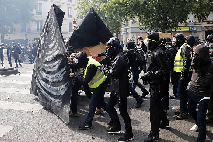 Black Bloc-eko kideak Pariseko kaleetan.