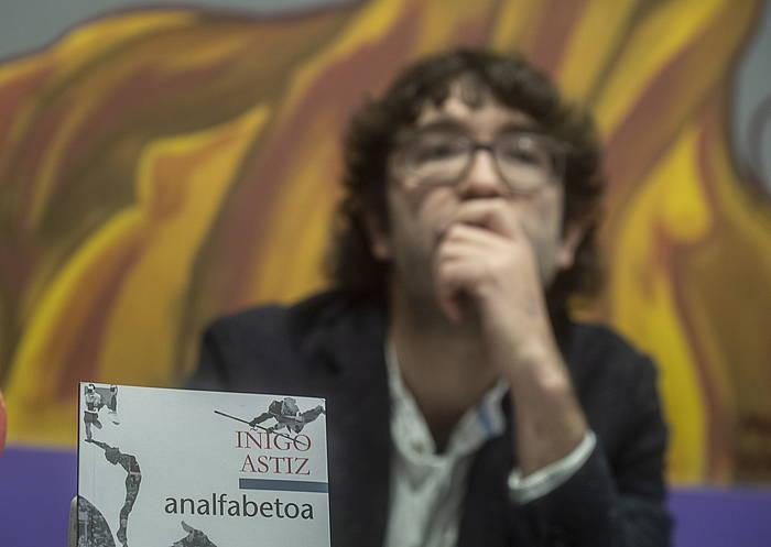 Iñigo Astiz idazlea, Donostian, lan berria aurkezten. ©Jon Urbe / Foku