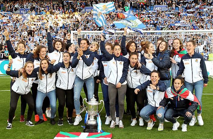 Espainiako Kopa irabazi duen Realeko talde txapelduna, joan den igandean, Anoetan, zaleen aurrean garaipena ospatzen.