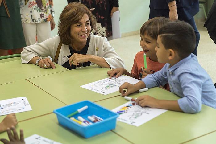 Cristina Uriarte hezkuntz sailburua, haur batzuekin