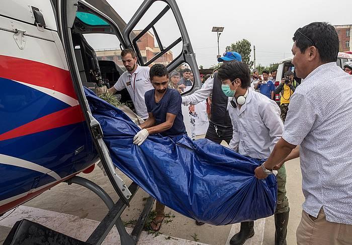 Everestetik jaisterakoan hil diren bi mendizaleen gorpuak Katmanduko Teaching ospitalera eraman dituzte erreskate zerbitzuek.