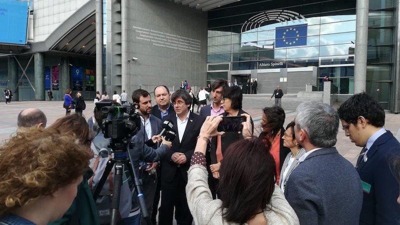 Carles Puigdemont, atzo arratsaldean, Europako Parlamentuko atarian. ©@pernadobarrena
