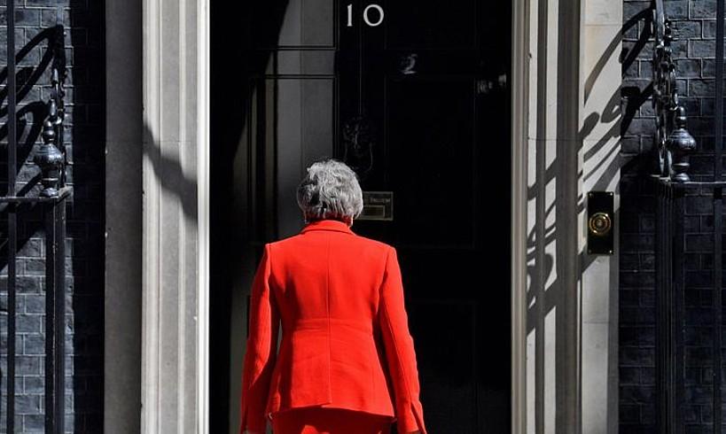 Theresa Mayk maiatzaren 24an eman zuen dimisioaren berri, Downing Streeteko 10. zenbakiaren aurrean. Hunkituta eta negarrez itzuli zen eraikinera; atzo, ordea, ez zuen agerraldirik egin.