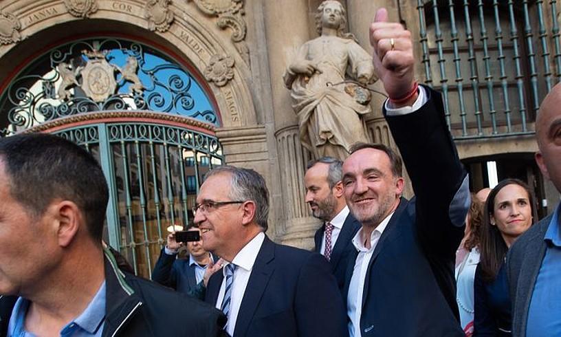 Enrique Maia eta Javier Esparza, Iruñeko udaletxetik irteten, Maia Nafarroako hiriburuko alkate izendatua izan berritan. ©I�ÑAKI PORTO / EFE