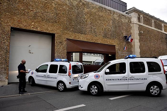 Polizien ibilgailuak La Sante espetxeko atarian, gaur arratsaldean. Urrutikoetxea handik ateratzekoa zen, baina atxilotu egin dute berriz.