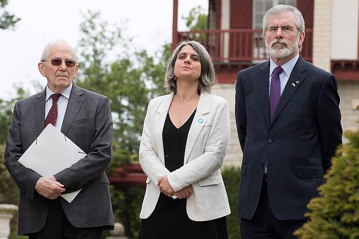 Michel Camdessus, Anaiz Funosas eta Gerry Adams, Arnagako konferentzian, iazko maiatzean. ©CAROLINE BLUMBERG / EFE