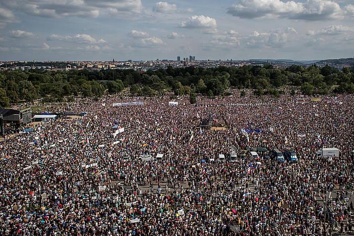 Pragan igandean egin zuten manifestazio erraldoiaren irudia. / ©MARTIN DIVISEK, EFE